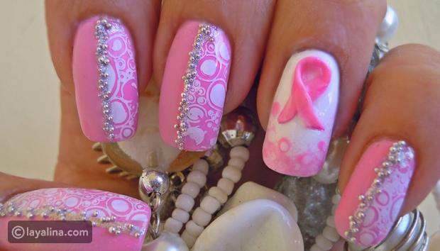 تزيني برسوم الأظافر الوردية البراقة للتوعية ضد سرطان الثدي